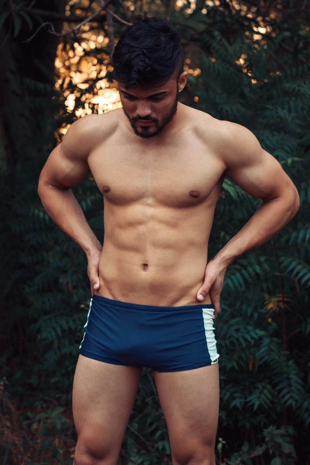 Un homme avec des six packs d'abdominaux