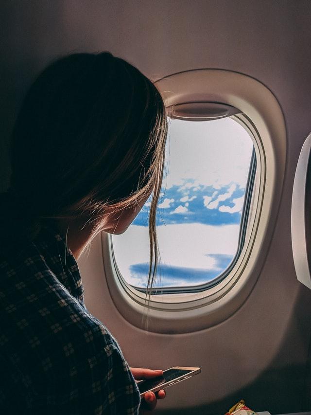 Une personne dans un avion