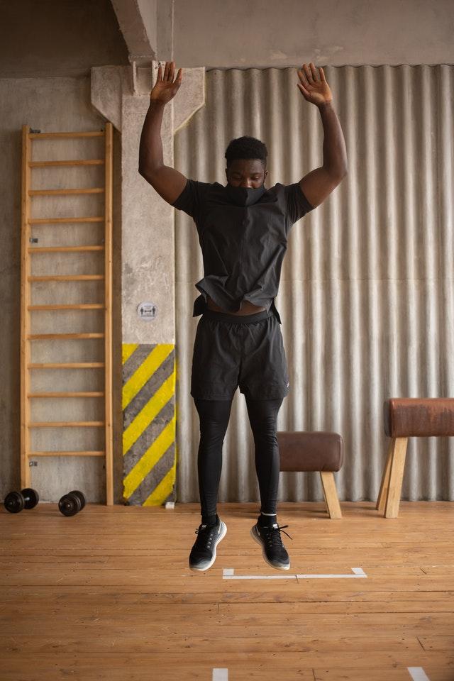 Un homme entrain de faire un saut