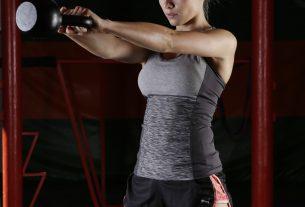 Une femme en tenue de sport