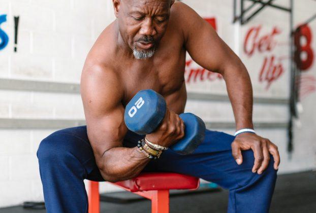 Un homme dans un salle de sport