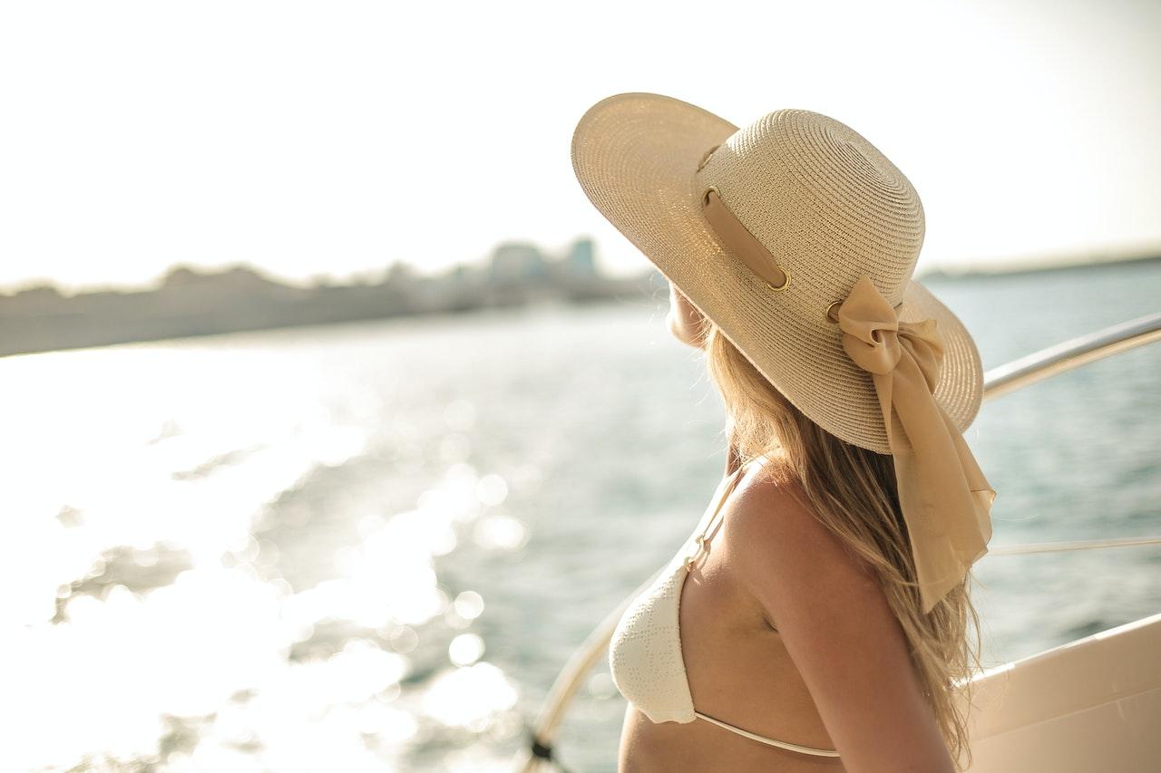 Une femme au bord du Yacht
